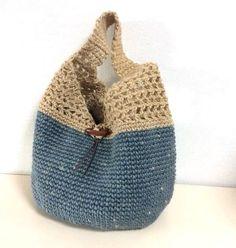 コクヨの麻ひもを染めて編みました。この再販分は木製のトグルボタンで内ポケット付です。(最後の写真が在庫分です。むら染めの具合と革紐の長さなど確認頂ければ幸いです。)細編み+すかし部分が中長編みです。トグルボタンは木製で、留めるループはくさり編み。そのくさり編みには革を通してます【手染め】麻ひも染色時に、糸でくくり、意図的に染めムラをつけていますので、ひとつひとつ違う表情のバッグになります。経年変化による、ユーズド・ジーンズのようなシャービーな色具合も後々楽しめます。普段使いにどうぞ♪サイズ(約cm)楕円底 16X30深さ 19(細編みの最後段まで)周囲 79*肩にあたるトップからボタン上部の位置まで 垂直で 25 (ゆったりしてます)★裏地は付けてません。★荷造り用の麻ひもで編んでるため、最初麻ひもの毛などが 黒っぽいお洋服(生地)などに付くと目立つ場合がございます ので、気になる方はご遠慮下さいませm--m★手染めの取扱注意★ 普段のお使いで、色移りしたりすることがないよう染色の 仕上げ時には努力しております^^ ただ、手染めバッグがぐっしょり濡れた状態で、白、もしく...