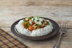 Manchmal darf es statt Nudeln Reis sein, da passt nämlich auch ganz viel dazu, wie die Asiaten schon lange vor uns erkannt haben. Zum Beispiel ein Curry mit Pute, viel Gemüse und Joghurt zum Ablöschen, wenn es ein wenig zu viel des Chili war. Guten Appetit!
