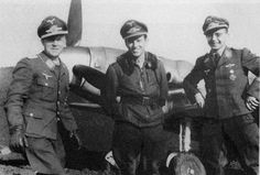 Desde izquierda: Oberst Dietrich Hrabak (JG52), Hauptmann Gerhard Barkhorn (II./JG52) frente a un Bf.109G-6 en el aeropuerto de Bagerovo.