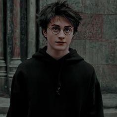 Daniel Radcliffe as Harry Potter Harry Potter Tumblr, Harry James Potter, Estilo Harry Potter, Harry Potter Friends, Mundo Harry Potter, Harry Potter Icons, Harry Potter Pictures, Harry Potter Cast, Harry Potter Fandom