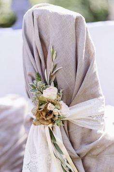 #chairdecoration #stuhldekoration Hochzeit Stuhl - Elegante Gartenhochzeit mit Vintage Flair in zartem Pastell | Hochzeitsblog - The Little Wedding Corner