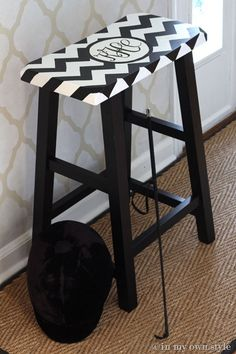 How to Paint a Monogram on a Stool Using Plaid Craft Paint | In My On Stye