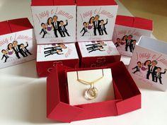 Lembrança para madrinhas de casamento - Pingente em ouro 18K com inicial do nome de cada uma e embalagem personalizada combinando com o convite e decoração da festa.