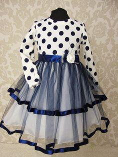 999ec95922 Sukienka Kamila wykonana z jasnej dzianiny w granatowe grochy. Dół kreacji  wykonany z podwójnego granatowego