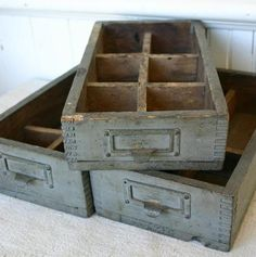 Love old boxes, crates Old Wooden Boxes, Old Boxes, Old Drawers, Wooden Drawers, Kawaii Shop, Wood Crates, Wood Projects, Tapas, Shabby Chic