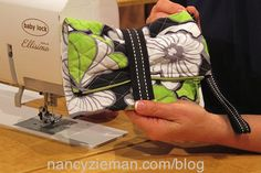 A complete tutorial on how to sew a wristlet--simple idea.