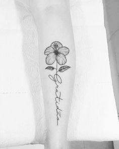 """Tatuagem feita por Carlos Eduardo """"Cabelo"""" de Ilha Bela - SP.    Gratidão. Escrita em traço fino com flor no final."""