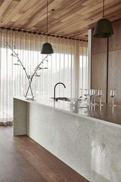 In an architect-designed house in Hovås outside Gothenburg, Nordic Kitchen has designed a site-built kitchen for architect Henrik Schulz and … Interior Desing, Interior Design Kitchen, Modern Interior, Interior Inspiration, Interior Decorating, Interior Styling, Furniture Inspiration, Unique Home Decor, Cheap Home Decor