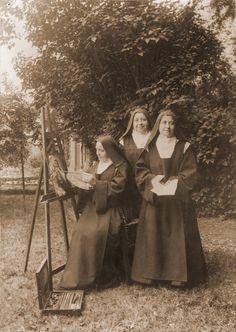 Thérèse au Bambino Céline au chevalet [La main gauche de la Vierge était initialement celle de Thérèse. Céline a rajouté la main droite de la Vierge sur l'épaule de Thérèse, puis la main gauche de Thérèse prenant une rose. On peut la voir ici en plein travail, avec Marie du Sacré-Coeur et Mère Agnès].