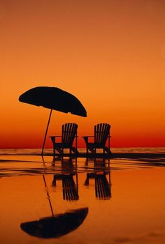 Lovely silhouettes of beach furniture against the beautiful orange sunset over the ocean. Reflection Pictures, Orange Aesthetic, Aesthetic Girl, I Love The Beach, Jolie Photo, Beautiful Sunset, Amazing Sunsets, Beautiful Moments, Beautiful Beaches