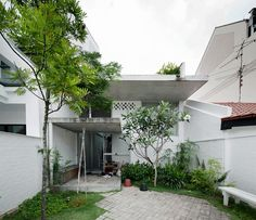 Unique terrace house design by Linghao Architects Arch House, Facade House, My House, Story House, Full House, Singapore House, Luxury Villa Rentals, Urban Architecture, Tropical Houses