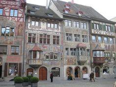 Fotografía: Carmen Annunciato - Stein am Rhein Space Place, Amazing Spaces, Amazing Architecture, Habitats, Facade, Mansions, Nice, House Styles, Switzerland