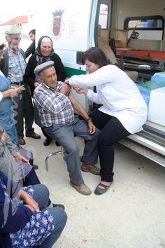 Campanha de vacinação contra a gripe, na Unidade Móvel de Saúde, em Alcarias.