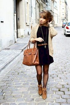 hellbeige Strickjacke, schwarzes Freizeitkleid, braune Leder Stiefeletten, braune Satchel-Tasche aus Leder fü Buy the look: lookastic. Cute Fall Outfits, Fall Winter Outfits, Autumn Winter Fashion, Autumn Style, Casual Winter, Winter Boots, Early Fall Outfits, Winter Tights, Formal Outfits