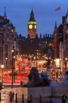Los leones de la columna de la estauta del Almirante Nelson, tras ellos Whitehall con la estatua ecuestre de Charles I, y al fondo, la Elizabeth Tower (la Clock Tower hasta 2012)  con el reloj y dentro de ella, las campanas, siendo la mas famosa de todas, el Big Ben