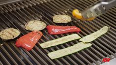 Trucs et astuces IGA : Griller les légumes sur le barbecue Barbecue, Grilled Veggies, Grill Pan, Cooking Tips, Grilling, Kitchen, Tips And Tricks, Cooking, Kitchens