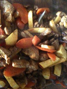 Strimlet svinekjøtt med ovnsbakte rotgrønnsaker og potetmos med purre - http://www.mytaste.no/o/strimlet-svinekj%C3%B8tt-med-ovnsbakte-rotgr%C3%B8nnsaker-og-potetmos-med-purre-3113187.html