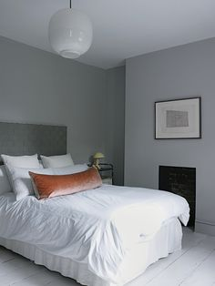 Mooi om te zien wat voor effect je creert door bijvoorbeeld een leren kussen in een andere kleur in je slaapkamer neer te leggen.  Meer wooninspiratie op mijn woonblog http://www.interieurinspiratie.nl/