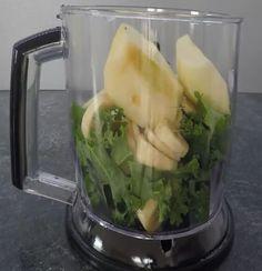 SKŁADNIKI:  3 liście jarmużu (ok. 70 g)  2 jabłka  1 cm kawałek imbiru  1 banan  1 szklanka soku jabłkowego  PRZYGOTOWANIE:  Jarmuż dokładnie umyć, oderwać miękkie liście od twardej części pośrodku. Jabłka obrać, pokroić na ćwiartki, usunąć gniazda nasienne. Imbir obrać, zetrzeć na
