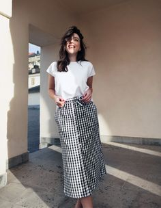 Virtuosas com Estilo: Como Usar: Estampa Vichy... | How to wear: Vichy Print    Outfit: MidiRuffled vichy printed skirt, t-shirt, white sneakers.  Look: Saia midi de babados estampa vichy, t-shirt, tênis branco.