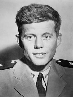 John Kennedy durante la Segunda Guerra / / Credit: Lieutenant John F. Kennedy during World War Two (b/w photo), American Photographer, century) / Private Collection / Peter Newark American Pictures / The Bridgeman Art Library American Presidents, Us Presidents, American History, John Kennedy, Age Tendre, Presidential History, Actrices Hollywood, Portraits, Military History