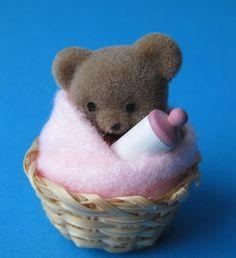 Teddybaer im Korb für das Puppenhaus Kinderzimmer Miniatur 1:12