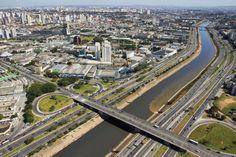 Vista aérea do rio Tietê, no trecho em que teve seu percurso canalizado ao atravessar a região Metropolitana de SP.