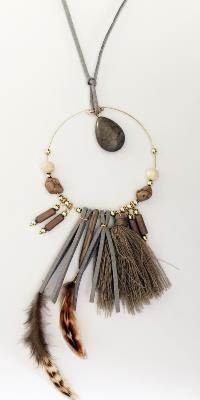 SAUTOIR GRIS PLUMES & POMPONS BOHEME Wire Jewelry, Jewelry Crafts, Jewelery, Beaded Jewelry, Diy Necklace, Tassel Necklace, Necklaces, Bohemian Gypsy, Boho