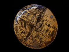 Platou din lemn, forma rotunda, decorat cu schlagmetal auriu si culori acrilice..