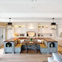 L'originalité de l'aménagement de cette cuisine n'a d'égalque sa convivialité. Son magnifique îlot central en forme de U,attrait majeur de la pièce, donne une impression de grandeuret invite à la réception avec son immense banquette.