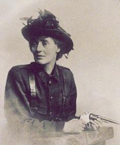 CONSTANCE MARKIEVICZ - Condessa anglo-irlandesa revolucionária, sufragista, socialista, Constance Markievicz participou de inúmeros esforços para a independência da Irlanda, incluindo a Revolta da Páscoa, em 1916, onde teve um papel de liderança. Constance foi uma das 1as mulheres a conseguir uma posição ministerial (Ministra do Trabalho da República Irlandesa, 1919-1922). Durante combate contra as tropas britânicas, foi a única mulher entre os 70 prisioneiros que foram confinados em…