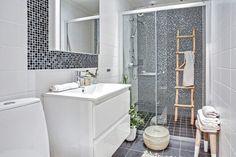 czarne kostki płytki w białej łazience skandynawskiej - Lovingit.pl