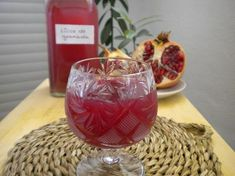 la cocina mágica de Manu: Licor de granada casero Liquor Drinks, Alcoholic Drinks, Beverages, Cocktail Desserts, Cocktails, Homemade Liquor, Food Presentation, Mixed Drinks, Chutney