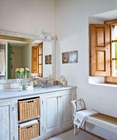 Baño con lavamanos doble y banco bajo la ventana de madera 00260946. Baño con lavamanos doble y banco bajo la ventana de madera_00260946