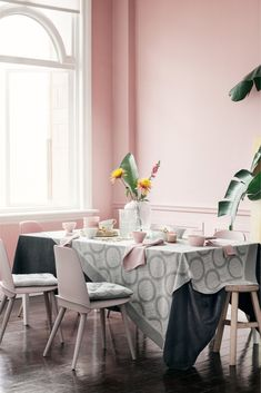 41 Vintage Kitchen Design Ideas With Tropical Feel To Try Right Now - Decorative items are to your room design what jewelry is to an outfit, and your Tropical interior decorating theme is no exception. You want to accent. Pink Dining Rooms, Hm Home, Design Trends 2018, Boutique Deco, Floating, Glass Texture, Pink Walls, Seat Pads, Deco Table
