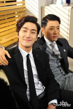 SBS月火ドラマ「ドラマの帝王」(脚本:チャン・ハンジュン、イ・ジヒョ、演出:ホン・ソンチャン)に出演している俳優のキム・ミョンミンとシウォン(SUPER JUNIOR)の和気藹々とした写真が公開さ… - 韓流・韓国芸能ニュースはKstyle