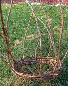 I'm not making a basket - but wanted to see what this blog said about bending the vines.  Great tutorial by the way! basket from grape vine  BEND SPOKES TO SHAPE OF A BOWL