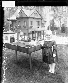 Victorian dollhouse (click through for lots of quirky, sweet, and odd vintage photos) Antique Photos, Vintage Pictures, Vintage Photographs, Old Pictures, Vintage Images, Old Photos, Victorian Dolls, Victorian Dollhouse, Antique Dolls