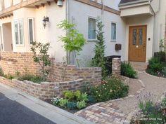 コッツウォルズストーンは、ハニーストーンとも呼ばれるイギリスの天然石。住宅の外壁や外構、ガーデニング用に輸入販売。ベルギーレンガ、レンガタイル等も取り扱っている。