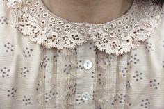 Me encanta este tierno y femenino detalle en el cuello , ideal para la ropa de nuestras hijas.