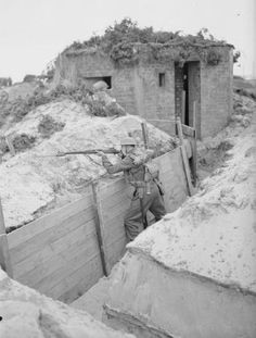 A soldier of the Battalion, The Royal Norfolk Regiment, mans a trench near a pillbox at Great Yarmouth, 31 July - 2 August 1940 Bunker, Invasion Of Poland, Great Yarmouth, British Armed Forces, Man Of War, Military Pictures, Battle Of Britain, Fortification, Historical Pictures
