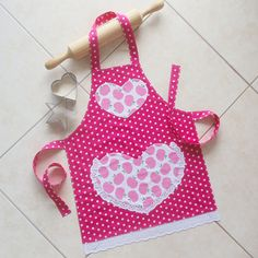 Kids apron - Girls Apron pink, kids & toddlers kitchen craft play art apron, child lined cotton pink apples and polka dots apron, lace heart pocket apron – Kids apron Child Apron Pattern, Apron Pattern Free, Toddler Apron, Kids Apron, Sewing For Kids, Baby Sewing, Sewing Diy, Sewing Machine Cake, Toddler Kitchen