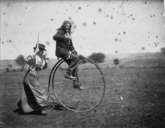 The photo above was taken in the in West Wyalong in New South Wales, Australia, showing a man named Bob Spiers riding a bicycle called penny-farthing as his sister Maggie chases him. Velo Vintage, Vintage Bicycles, Vintage Black, Vintage Photographs, Vintage Photos, Antique Photos, Penny Farthing, Old Photos, The Past