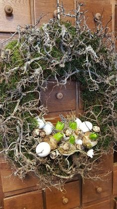 """Krans : mos, bonsai met """"nest """"onderin – lin – Ich Folge – DIY and crafts Easter Tree, Easter Wreaths, Fall Wreaths, Christmas Wreaths, Bonsai, Summer Wreath, Flower Decorations, Floral Arrangements, Diy And Crafts"""