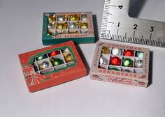 Amber's House: Search results for christmas box template Miniature Christmas, Christmas Minis, Christmas Baubles, Christmas Boxes, Dollhouse Miniature Tutorials, Diy Dollhouse, Dollhouse Miniatures, Dollhouse Design, Vitrine Miniature