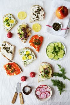 SMØRREBRØD BREAKFAST - open faced sandwiches for breakfast, party and picnic // fluxi on tour Sandwiches, Brunch Recipes, Breakfast Recipes, Swedish Cuisine, Scandinavian Food, Good Food, Yummy Food, Danish Food, Cooking Recipes
