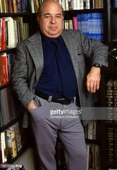 Actor Sorrell Booke poses for a portrait session in his library at home in  1985 in