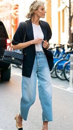Trendy high waisted blue denim jeans with simple white tee and classic black jacket. Outfits Damen, Komplette Outfits, Jean Outfits, Casual Outfits, Fashion Outfits, Womens Fashion, Blazer Outfits, Fashion Trends, Fashion Ideas