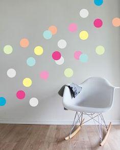 schöne dekoideen kinderzimmer wandsticker fargige punkte schaukelstuhl