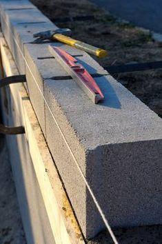 La technique pour monter un mur en parpaing est valable quelle que soit la destination du mur : clôtures séparatives, murs de soutènement